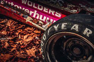 Oude raceband op Indy vintage racewagen van Lesley Gudders