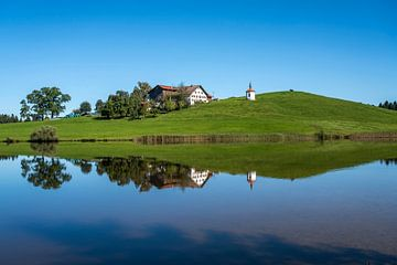 Kapelle am See Hegratsrieder See im Allgäu von Peter Schickert