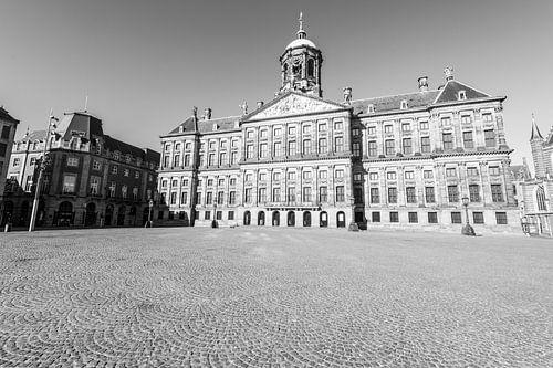 Damplein met het Koninklijk Paleis van Amsterdam in Amsterdam tijdens een zonnige ochtend in zwart w