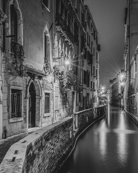 Straatje in Venetië in de avonduren II van Teun Ruijters