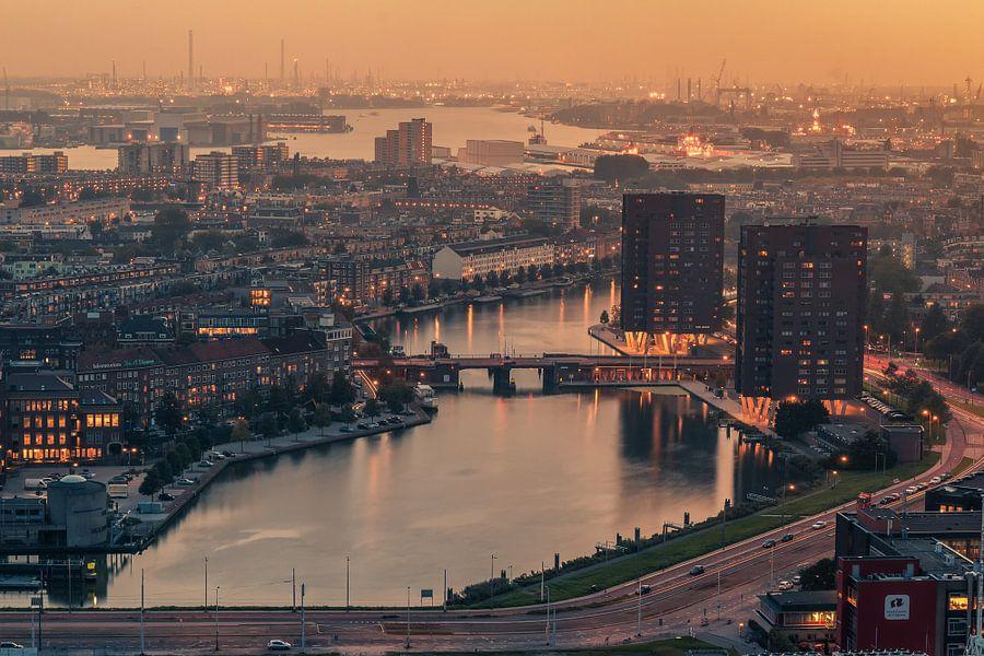 Foggy sunset in Rotterdam van Ilya Korzelius