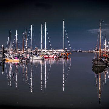Le port de Lauwersoog à Groningen par une soirée sans vent sur Harrie Muis