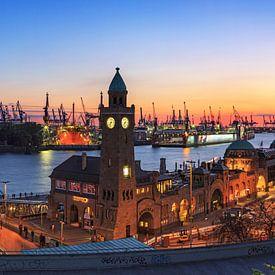 Hamburg Skyline - Aanlegplaatsen en zonsondergang in de haven van Frank Herrmann