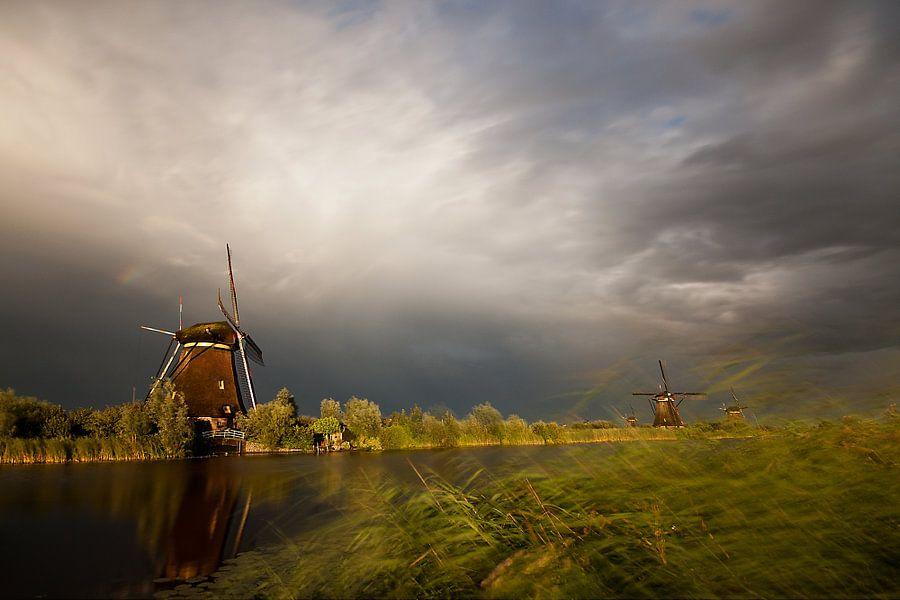 Wegtrekkende storm boven Kinderdijk van Peter Halma