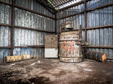 Machine in verlaten Fabriekshal, België van Art By Dominic