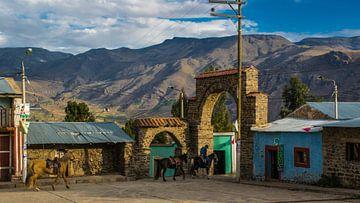 Platz der Coporaque mit Pferden in der Abendsonne, Peru von