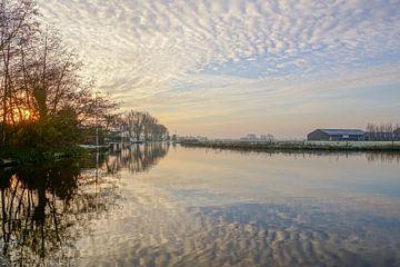 landschap met waterspiegeling sur Dirk van Egmond