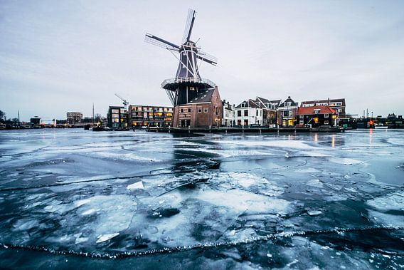 Frozen lake at the foot of the windmill van Brian Sweet