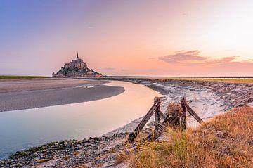 De wereldberoemde middeleeuwse abdijkerk Mont Saint-Michel in Normandië, Frankrijk van Gijs Rijsdijk