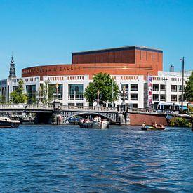 Blauw Brug over de Amstel met Stopera Amsterdam van Anouschka Hendriks