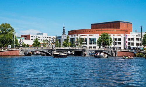 Blauw Brug over de Amstel met Stopera Amsterdam van