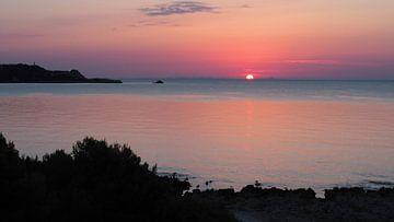 Sonnenaufgang am Meer, fantastische Farben, Mallorca van Edeltraut K. Schlichting