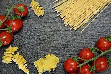 Noedels en tomaten tegen een donkere achtergrond van Ulrike Leone