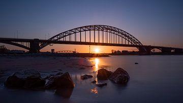 Zonsondergang Waalbrug Nijmegen van Femke Straten