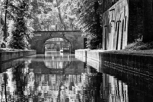 Blik op de Nieuwegracht in Utrecht vanaf het water in zwartwit van