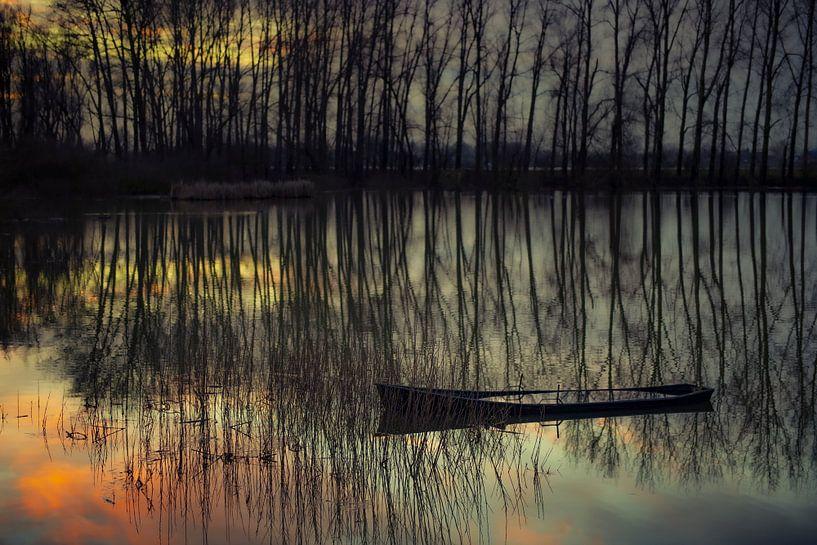 Half gezonken bootje bij zonsondergang. van Ron van der Stappen