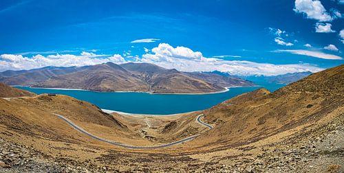 Weg door de bergen langs het Yamdrok meer, Tibet