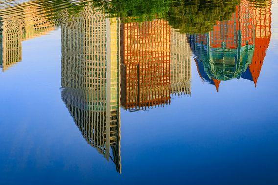 spiegeling van de skyline van Den Haag in het water