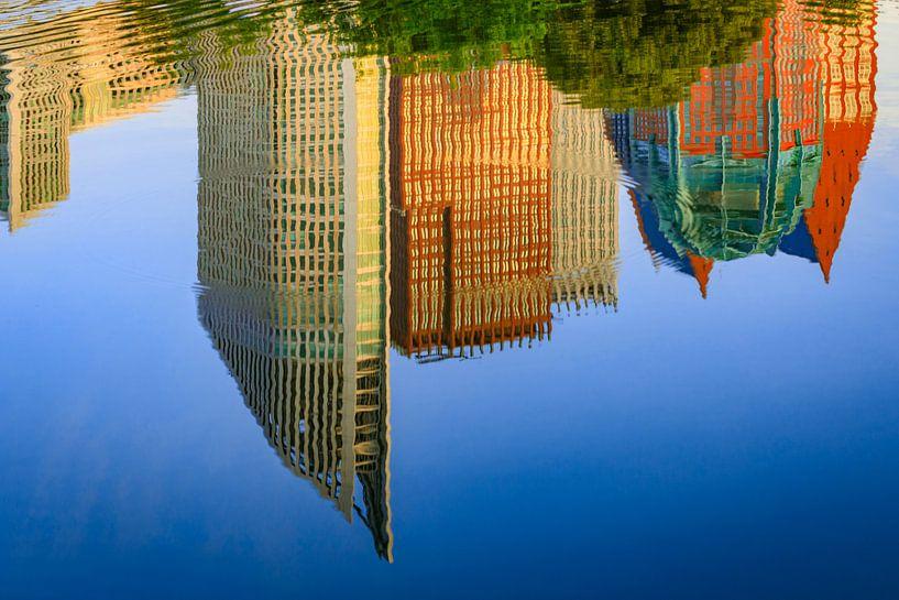 spiegeling van de skyline van Den Haag in het water van gaps photography