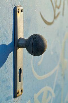 Türgriff einer Stahltür auf einem verlassenen Firmengelände in Magdeburg