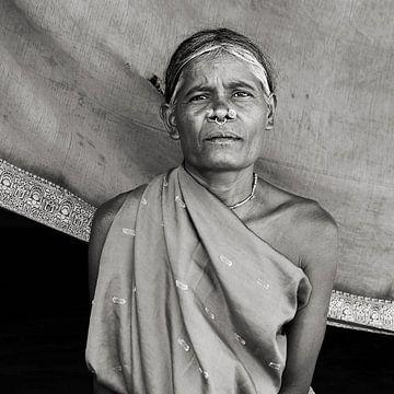 Traditioneel versierde vrouw uit Odisha, India van Johan Michielsen