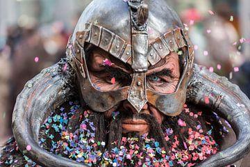 Colorful Northman or Viking with helmet during the folk festival carnival sur Natasja Tollenaar