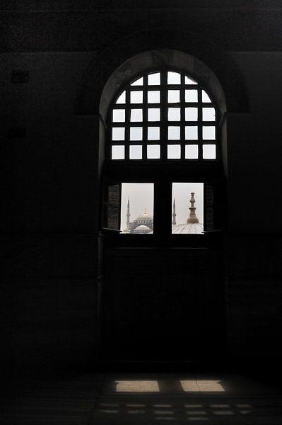 Zicht op de Blauwe Moskee vanuit de Aya Sophia in Istanbul van Gonnie van de Schans