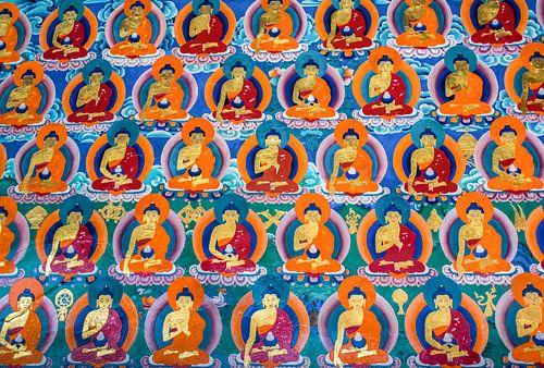 Muurschildering met boeddha's in Tibetaans klooster