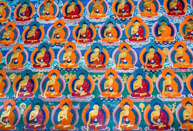 Muurschildering met boeddha's in Tibetaans klooster van Rietje Bulthuis