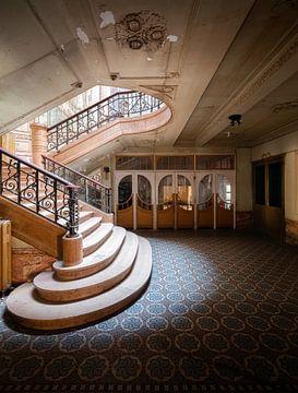 Escaliers dans un cinéma abandonné. sur Roman Robroek