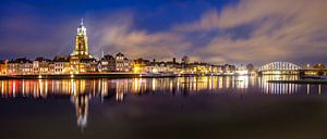 Skyline van Deventer aan de IJssel tijdens een koude winteravond