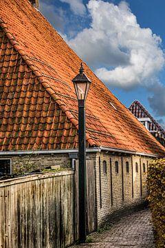 Steegje in het Friese stadje Hindeloopen aan het IJsselmeer van Harrie Muis