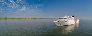 Cruiseschip Hanseatic voor Oudeschild Texel