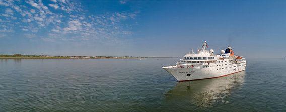 Cruiseschip Hanseatic voor Oudeschild Texel van Texel360Fotografie Richard Heerschap