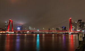 De Willemsbrug in Rotterdam bij nacht, met de Erasmusbrug op de achtergrond sur