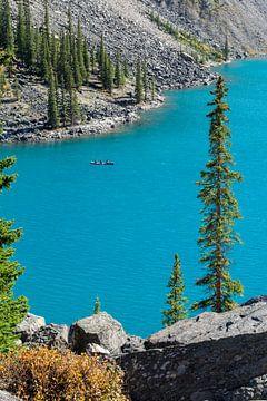 Kano op Moraine Lake, Canada van Milou Mouchart