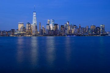 Lower Manhattan Skyline in New York in de avond von Merijn van der Vliet