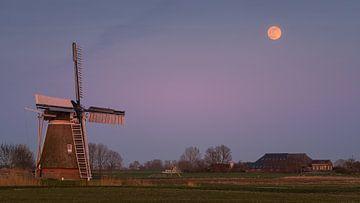 Zonsondergang en volle maan bij Hoeksmeer, Garrelsweer, Groningen, Nederland van Henk Meijer Photography
