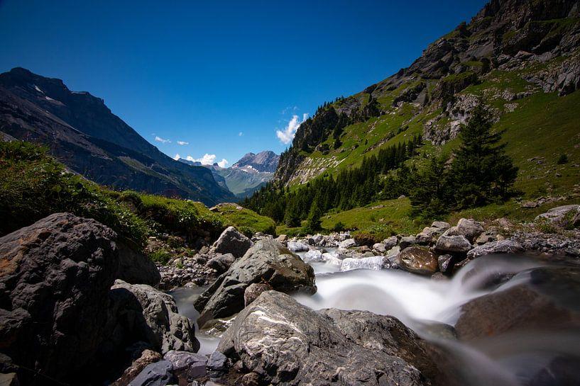watervallen rondom de oeschinensee van Mark Lenoire