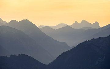 Bergsilhouetten bei Sonnenuntergang von Emile Kaihatu