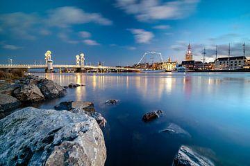 Blick auf die Stadtfront von Kampen mit der Stadtbrücke von der IJssel von Fotografiecor .nl