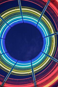 des cercles de lumière dans les couleurs bleu, jaune, vert et rouge sur Eric van Nieuwland