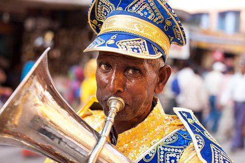 Indiase trompettist in Hindustaanse feestelijke optocht tijdens de Kumbh Mehla in Haridwar India. Wo van