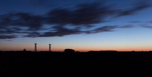 Antennes en wolken bij zonsondergang