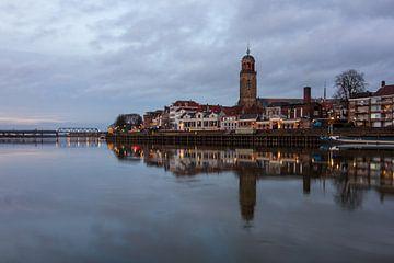 Schönes Abendfoto der Skyline von Deventer von Meindert Marinus