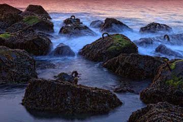 golven slaan stuk op de rotsen langs de kust von gaps photography