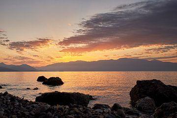 Sonnenaufgang am Meer in Griechenland von Cor de Hamer