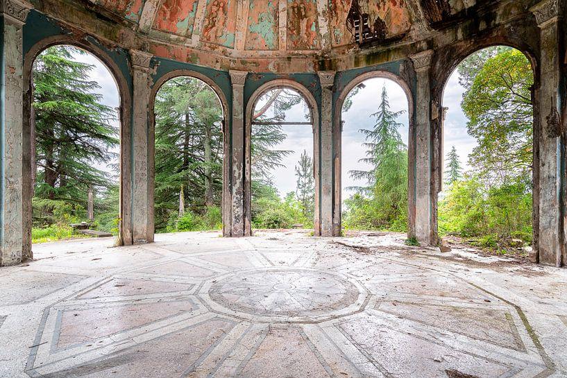 Verlassenes Pantheon im Verfall. von Roman Robroek