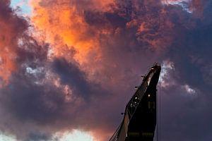 Kraanschip Thialf in de wolken te Rotterdam
