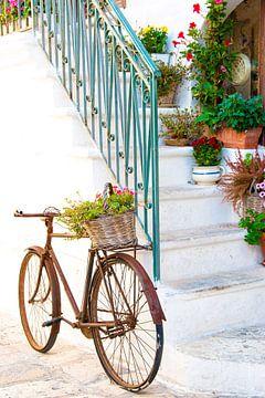 Fiets in straat in stadje Italie, Ostuni, Puglia van